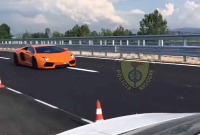Video/ E papranueshme! Lamborghini u kap me shpejtësi 230 km/h në