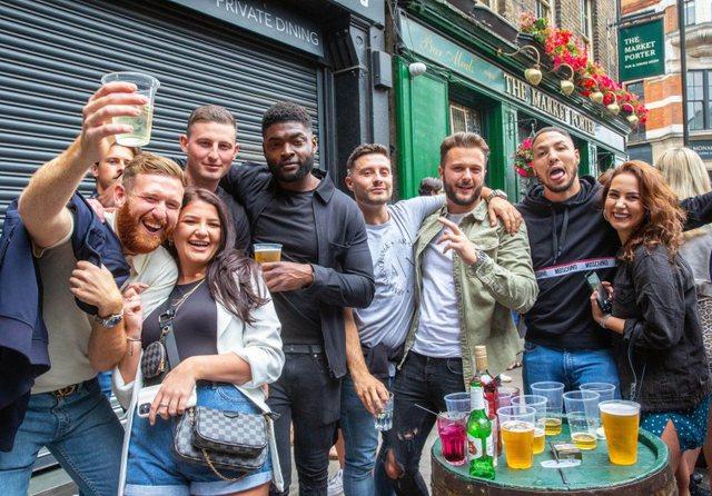 Foto/ U hapën baret mbrëmë në Angli dhe virusi u harrua: Kjo