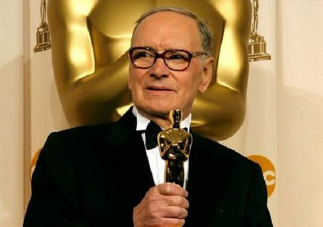 Ndahet nga jeta kompozitori Morricone që mban dy Oscar