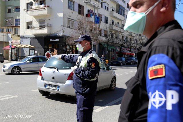 Infektohen me Covid dy policë në Tiranë, 17 të karantinuar