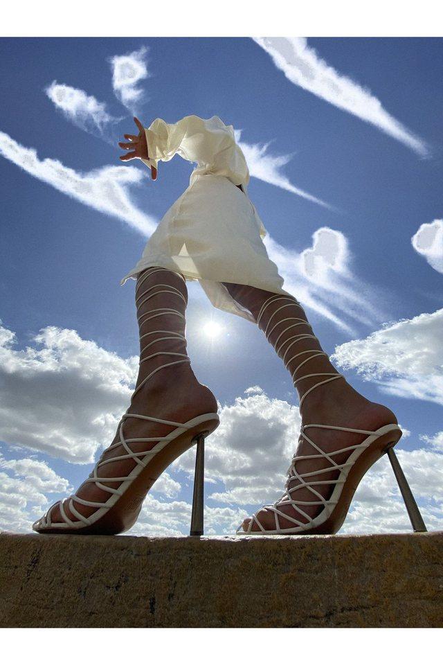 Amina, vajza që dizajnoi këpucët e famshme plastike (që