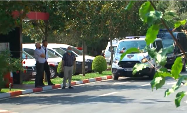 Ora News transmeton live momentin kur mbërrijnë policë me maska