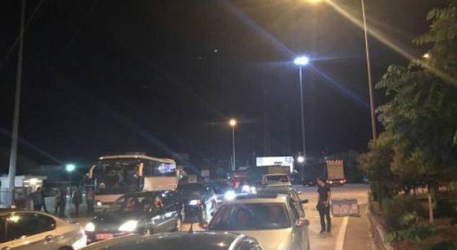 Foto-Video/ Radhë kilometrike në Kapshticë pas masave që