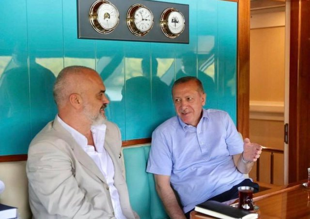 Rama poston foton me Erdogan në rezidencën e tij verore në