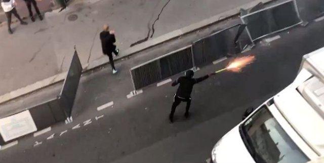 Video nga Parisi, dy banda rivale me fishekzjarre kundër