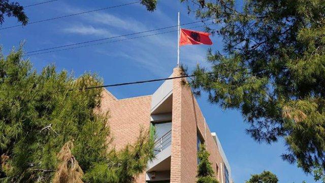 Një punonjës me Covid, mbyllet Ambasada shqiptare në Greqi