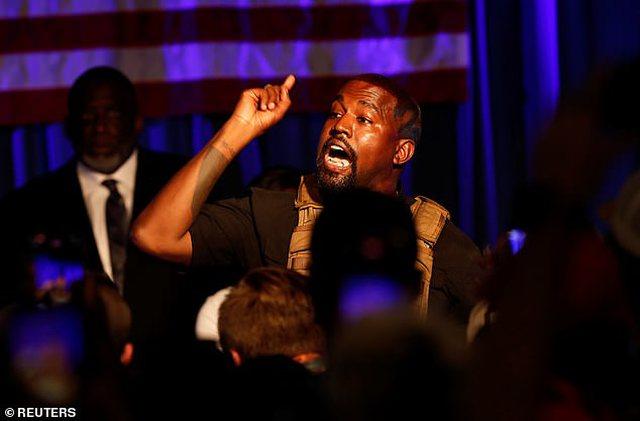 Veprimi që po shokon fansat: Kanye West urinon mbi trofeun e Grammy Award.