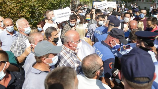 20 muaj pa u paguar/ Naftëtarët  e Ballshit në protestë,