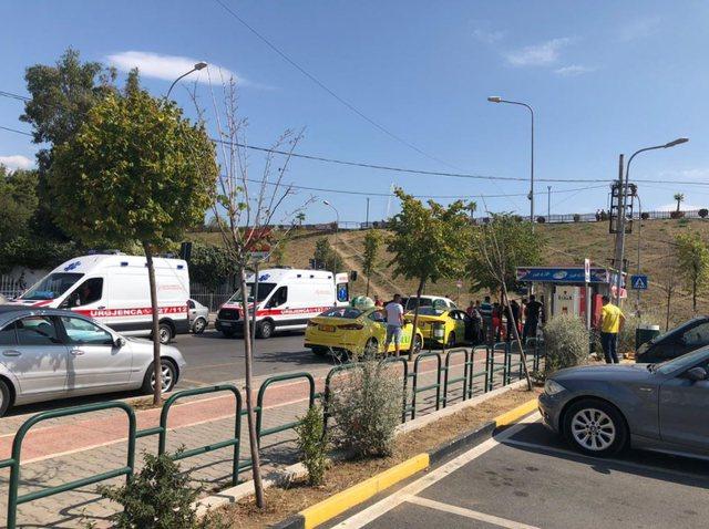 Makina përplas kalimtarin me biçikletë, ambulanca