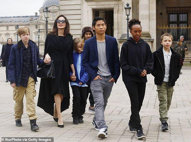 Angelina Jolie si të gjitha nënat për pazar me fëmijët