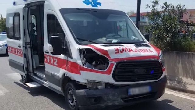 Ambulanca përplaset me makinën në Sarandë: Në gjendje