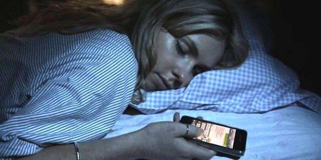 Rreziqet e të fjeturit me telefonin afër