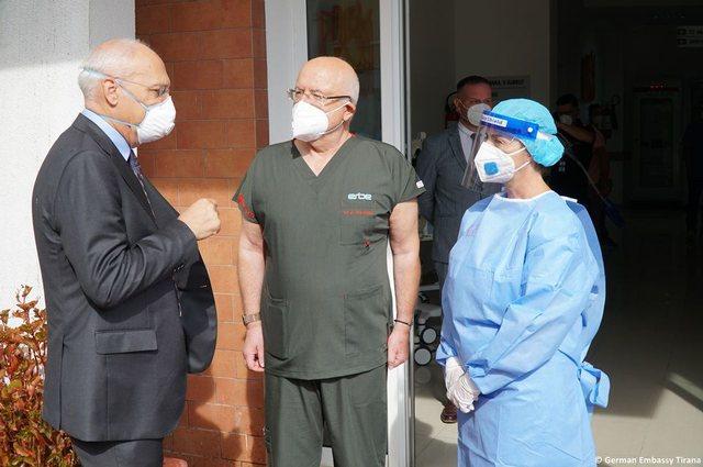 Foto/ Gjermania dhuron 10 respiratorë për pacientët me Covid,