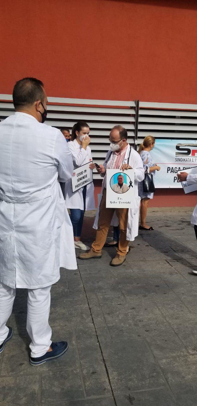Foto/ Mbyllet protesta e mjekëve para QSUT: Do marrim një vendim nga