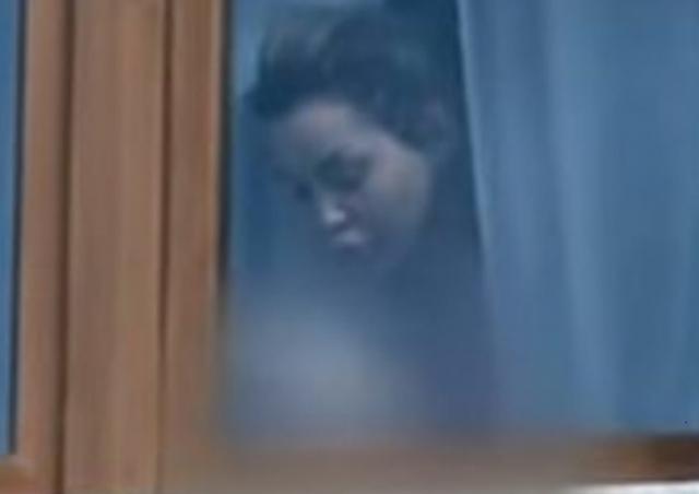 Fjolla Morina fotografohet me vajzën në banesën në