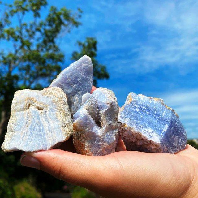 Kristalet që ju mbajnë larg energjive negative: Nga dy për