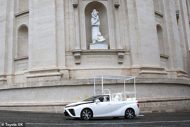 Hibridi i Parajsës, Papa Françesku merr dhuratë makinë me