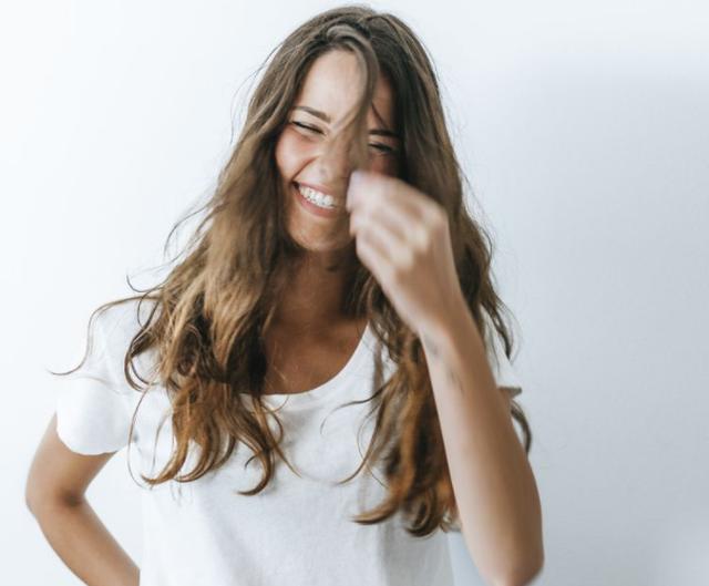 8 gabimet që bën me flokët pa e kuptuar