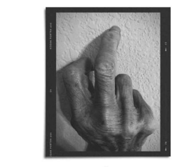 'Babai ia theu nënës 4 herë gishtin e mesit'. Aktori
