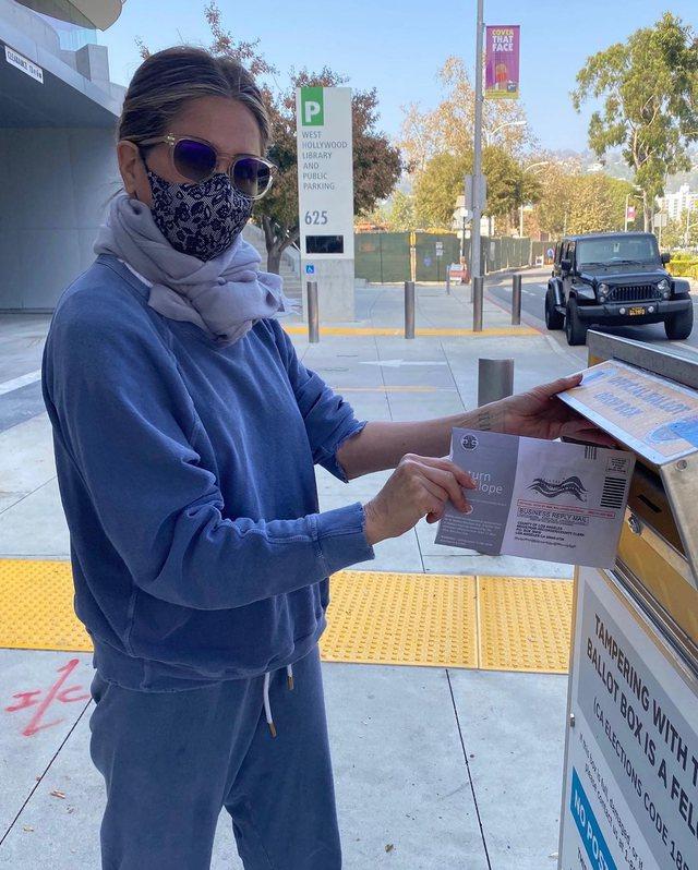 Si votoi Jennifer Aniston sot herët në mëngjes
