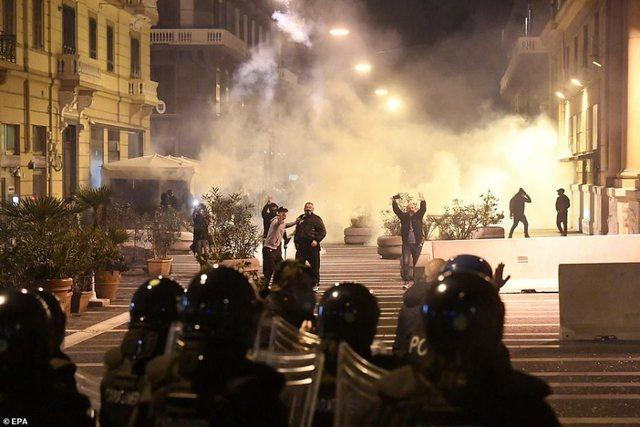 Video/ Revoltë në Napoli kundër masave të Covid. Ja