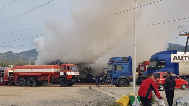 Përfshihet nga flakët një servis makinash në Elbasan.