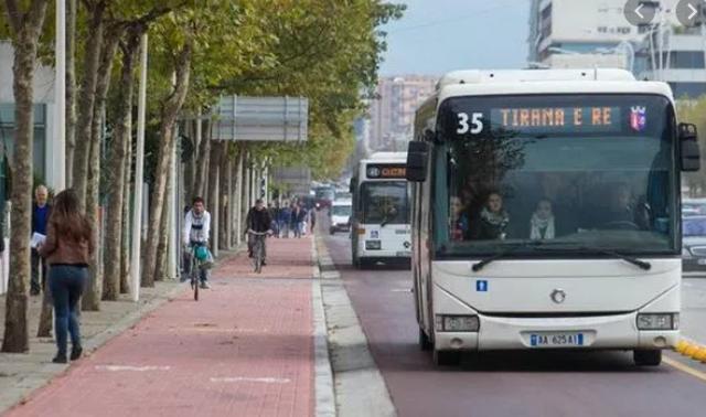 Kujdes kur pret autobusin sot! Qarkullimi rreth Sheshit Shqiponja ka devijuar