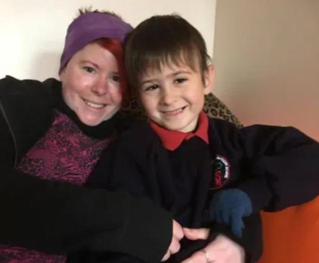 Historia frymëzuese e vajzës që u zgjua nga koma dhe mësoi