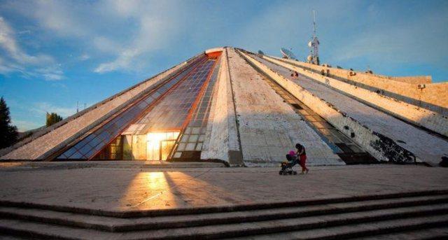 Zjarr tek Piramida në Tiranë, zjarrfikësit në vendngjarje