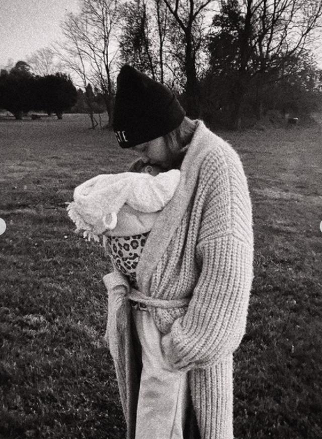 Gigi Hadid poston të parën foto me vajzën, e lodhur dhe e