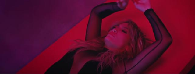 Video/ Edhe J.Lo i vesh rrobat nga dy herë
