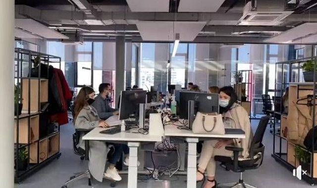 Video/ Rama nga zyrat e kompanisë ajrore gjermane në Tiranë: Mbi
