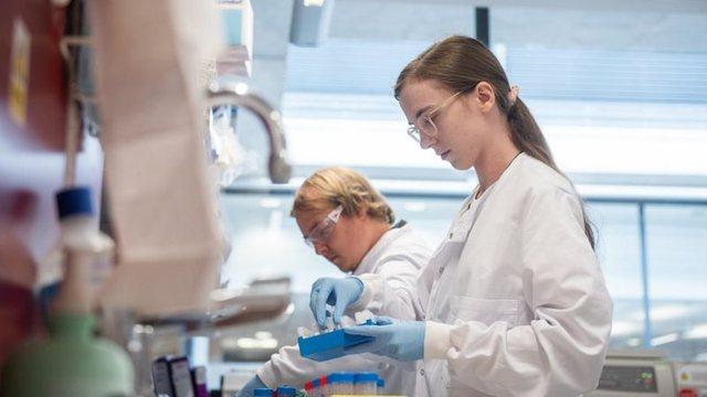Vaksina e Oksfordit efektive deri në 70% nga Covid-19, por më e