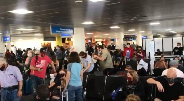 Covid-19/ Amerikanët dynden në aeroporte për Thanksgiving, doktor