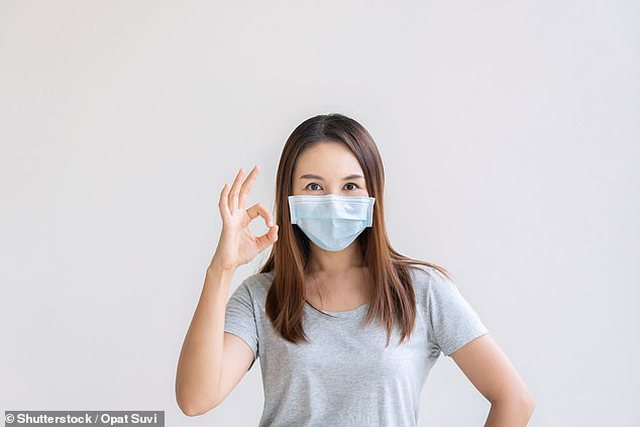 Komunikimi me maskë po rrit ankthin dhe stresin tek njerëzit