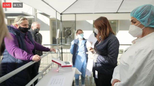 Manastirliu takohet me familjarë të pacientëve: Do vendosim