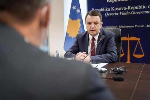Gjobitet ministri i Drejtësisë në Kosovë se shkeli orën
