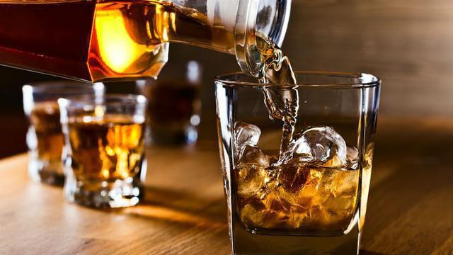 Efektet anësore të alkoolit para dhe pas marrjes së vaksinës