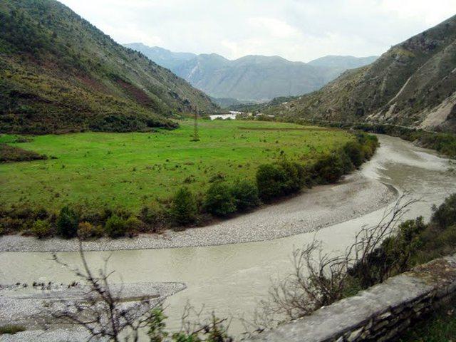 Situata me reshjet: Lumi i Vjosës paraqet rrezik për përmbytje,