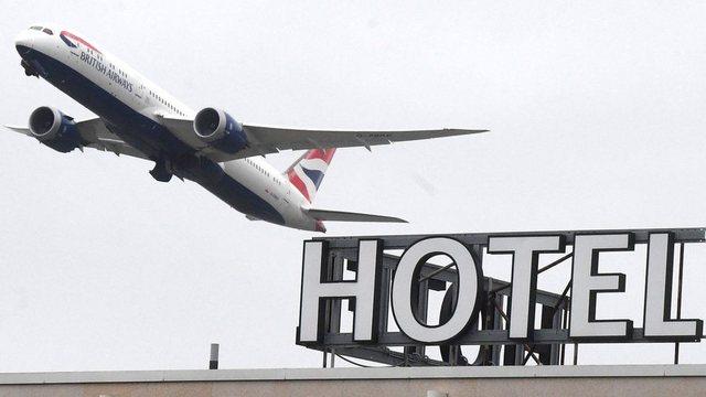 Britania rikthen karantinën në hotele: Shpenzimet për 10