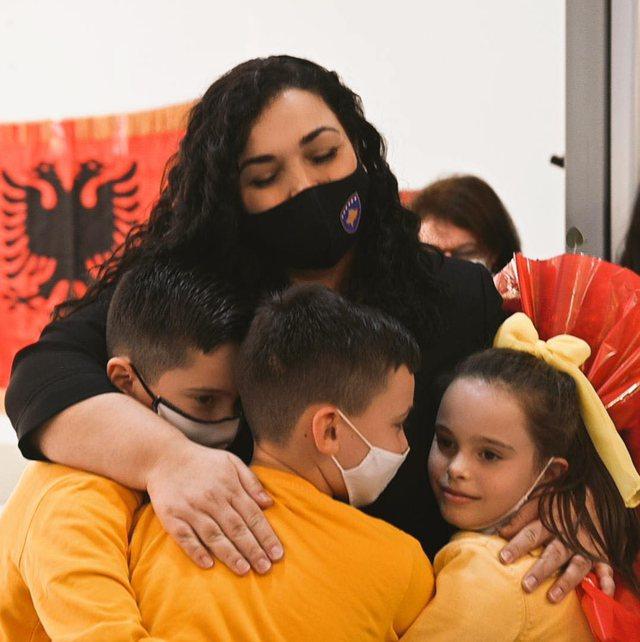Në foton me disa fëmijë, Vjosa Osmanit i komentojnë në