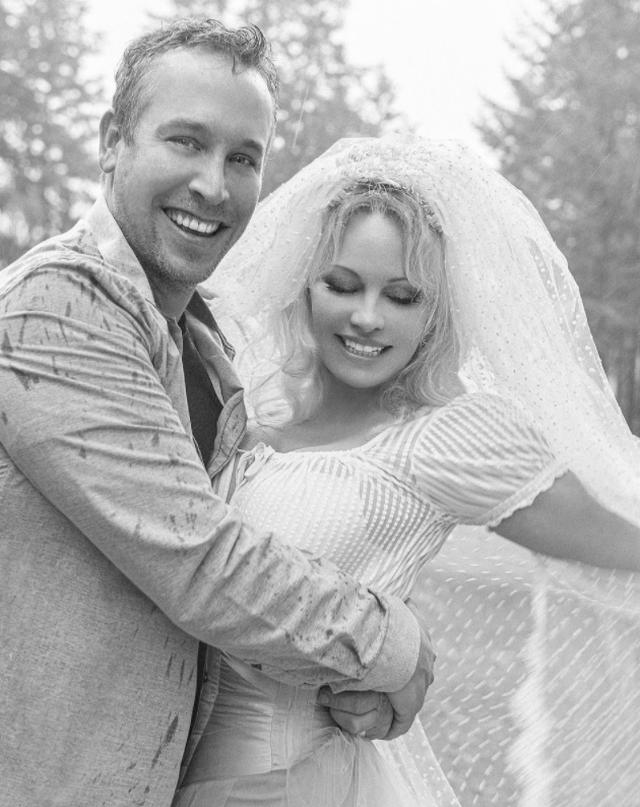 Martohet për të pestën herë Pamela Anderson: Jam në