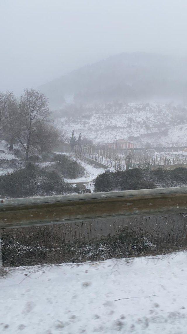 VIDEO/ Reshje bore edhe në Laç! Erërat e forta
