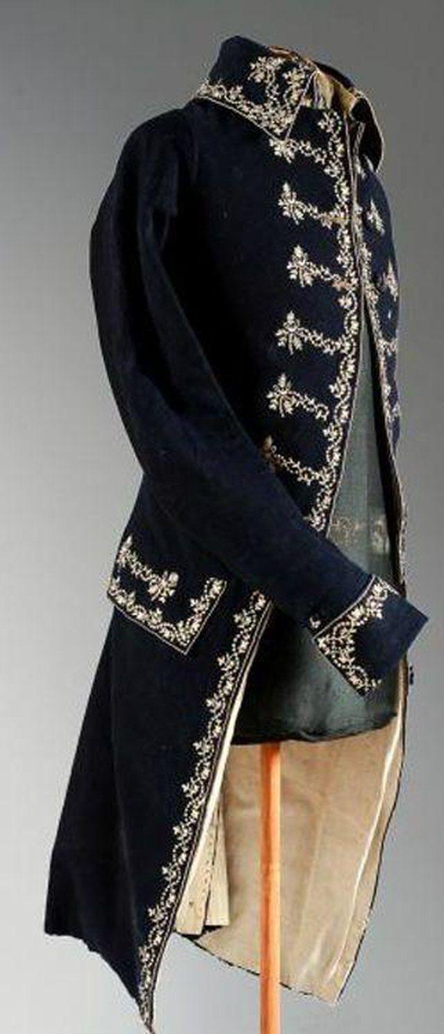 Nga jakat me flutura të 1890-tës, tek shapkat me gisht të