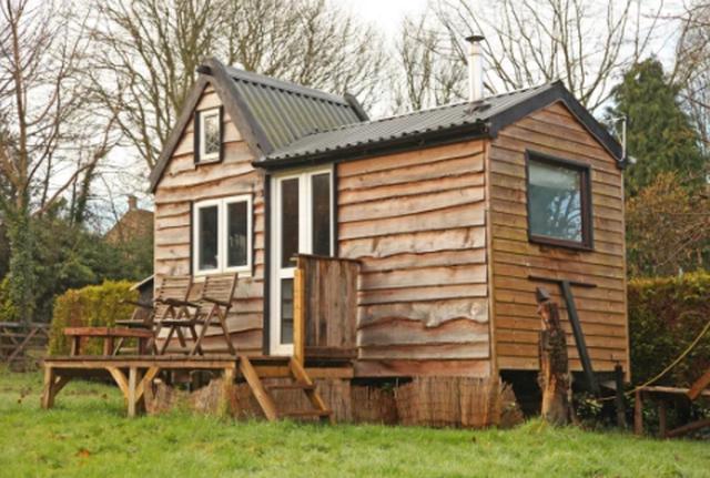 Për pak para, adoleshenti ndërton shtëpinë e tij në
