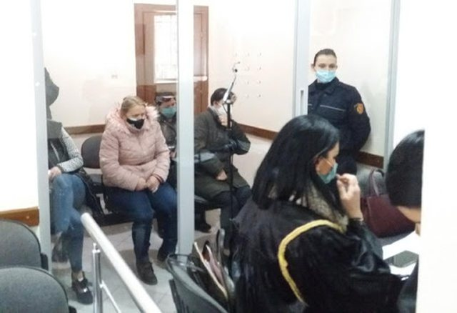 Lirohet infermierja dhe sanitarja e spitalit Shefqet Ndroqi. Lihen në burg