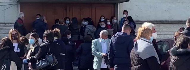 Mjekët në Vlorë presin të bëjnë vaksinën pa