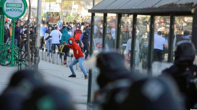 Përplasje mes policisë dhe protestuesve shqiptarë në Shkup