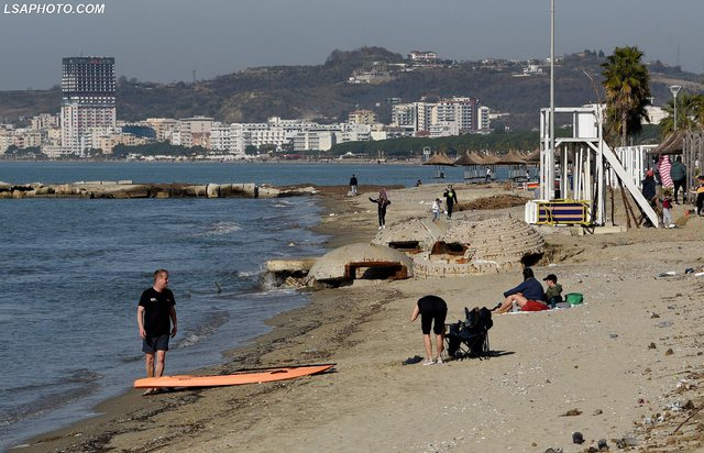 Foto/ Moti me diell nxjerr pushuesit e parë në bregdet