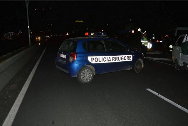 Aksident rrugor mes dy makinash dhe një motori në Tiranë